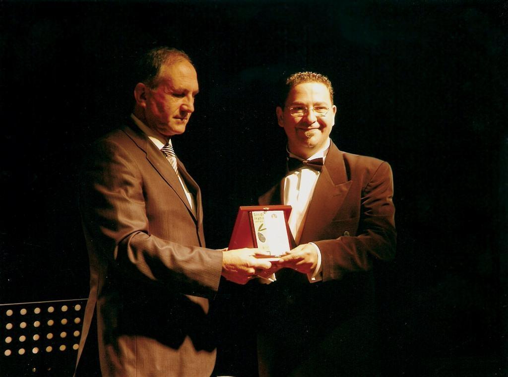 Girne Belediye Başkanı Sümer Aygın, 6. Uluslararası Zeytin Festivali Anısına Plaket verirken (2007)