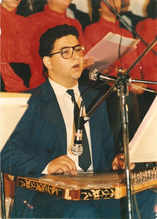 İlk Türk Sanat Müziği Bestem Hicazkar Şarkı `Yine Mektup Aldım Gül Yüzlü Yardan`ı 6. Lefkoşa Kültür Sanat Şenliği nde çalıp söylerken (1985)