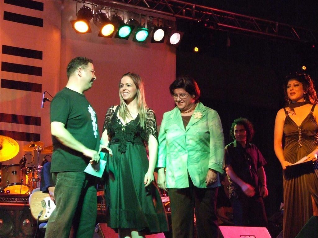 BRT Hafif Müzik Beste Yarışması 2. Ödülünü dönemin eğitim bakanı Canan Öztopraktan alırken (2006)